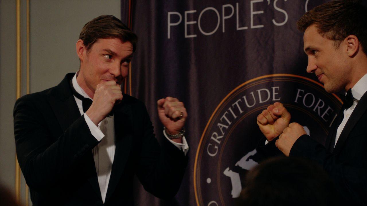 Für einen Wohltätigen Zweck treten Liam (William Moseley, r.) und Robert (Max Brown, l.) in den Ring. Doch werden dort auch private Probleme ausgetr... - Bildquelle: 2016 E! Entertainment Television, LLC