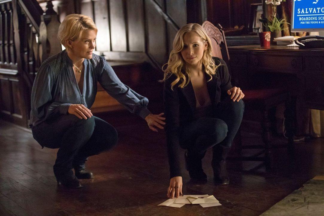 Liz (Marguerite MacIntyre, l.) steht ihrer Tochter Caroline (Candice King, r.) immer zur Seite, auch wenn sie physisch nicht mehr anwesend ist ... - Bildquelle: 2016 Warner Brothers
