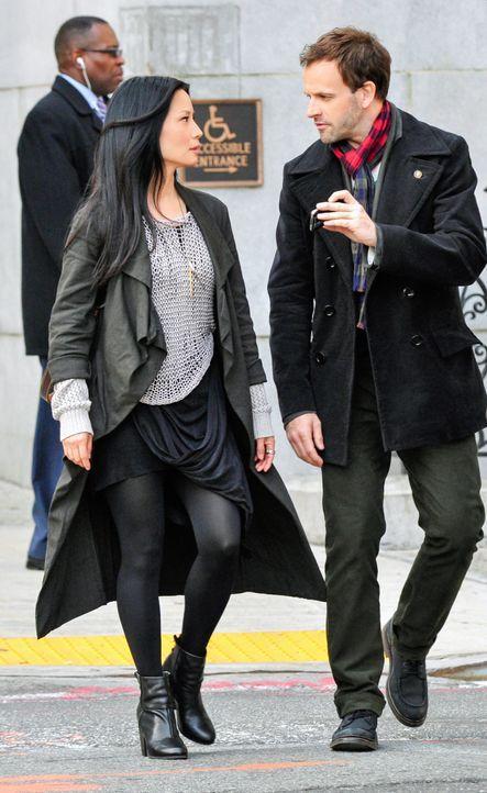 Auf ihre ganz eigenwillige Weise, lösen Sherlock Holmes (Jonny Lee Miller, r.) und Joan Watson (Lucy Liu, l.) neue Kriminalfälle ... - Bildquelle: CBS Television