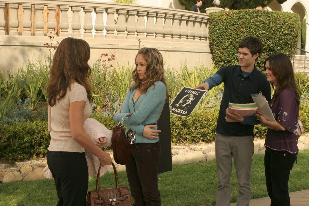"Obwohl Taylors Mutter Veronica (Paula Trickey, l.) strickt dagegen ist, dass Taylor (Autumn Reeser, 2.v.l.) bei der ""Befreit Marissa""-Ka... - Bildquelle: Warner Bros. Television"