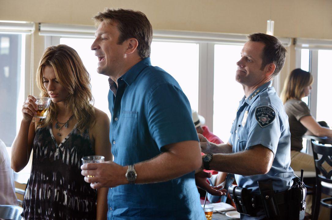 Chief Brady (David Burke, r.) verhaftet Castle (Nathan Fillion, M.) und Beckett (Stana Katic, l.), da sie seine Ermittlungen in Frage stellen ... - Bildquelle: 2012 American Broadcasting Companies, Inc. All rights reserved.