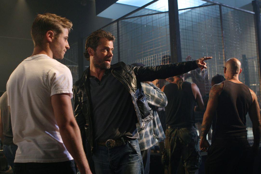 Ryan (Benjamin McKenzie, l.) bekommt von Jake (Channon Roe, 2.v.l.) Anweisungen für einen neuen Kampf ... - Bildquelle: Warner Bros. Television
