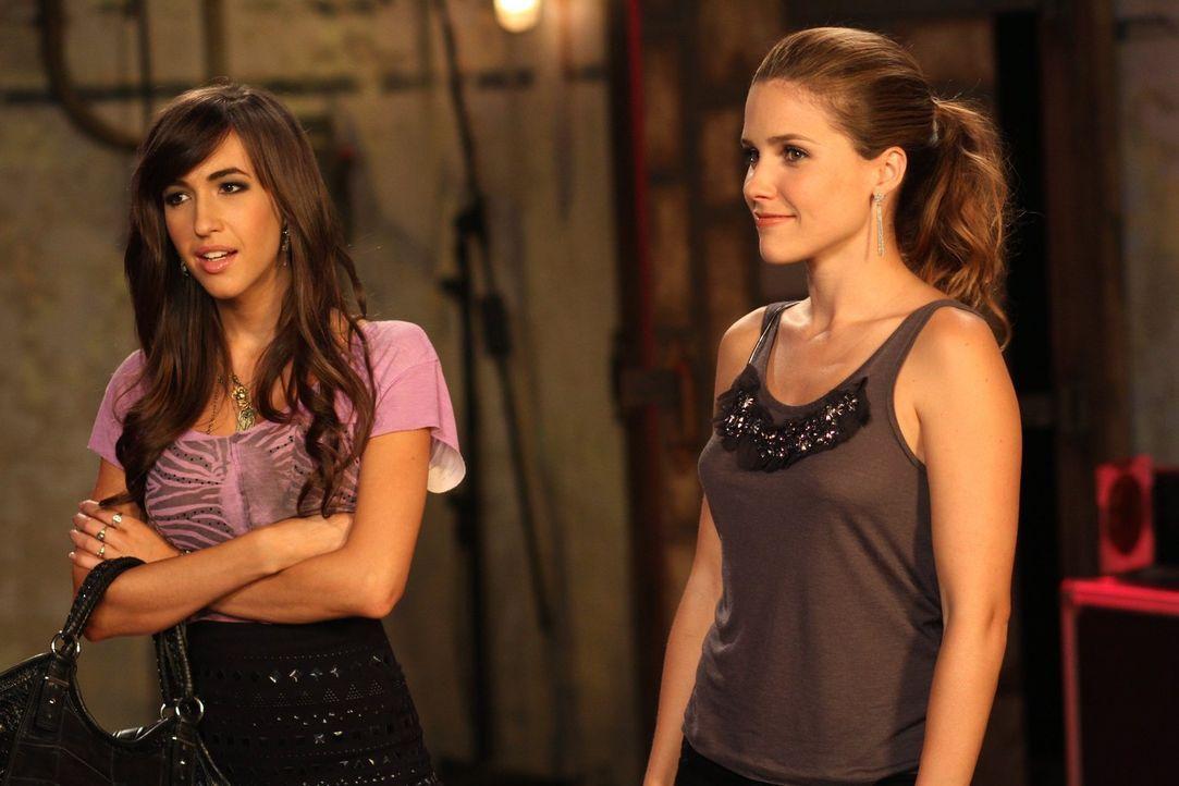 Während sich Brooke (Sophia Bush, r.) über ihre Mutter ärgert, missfällt es Mia (Kate Voegele, l.) gewaltig, dass sich Chase und Alex wieder näher k... - Bildquelle: Warner Bros. Pictures