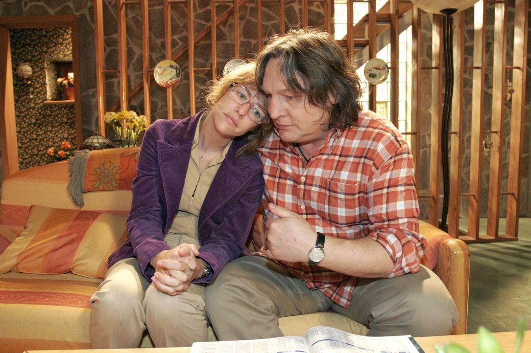 Lisa (Alexandra Neldel, l.) ist froh, die Geborgenheit ihrer Eltern zu spüren. Bernd (Volker Herold, r.) versucht seine Tochter aufzumuntern. - (Di... - Bildquelle: Sat.1