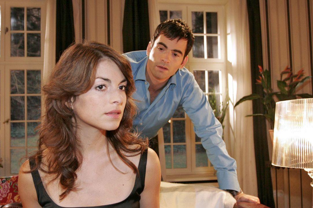 Mariella (Bianca Hein, l.) kann nicht verstehen, dass David (Mathis Künzler, r.) schon wieder einen Termin, der für ihre Hochzeitsvorbereitungen wic... - Bildquelle: Noreen Flynn SAT.1 / Noreen Flynn