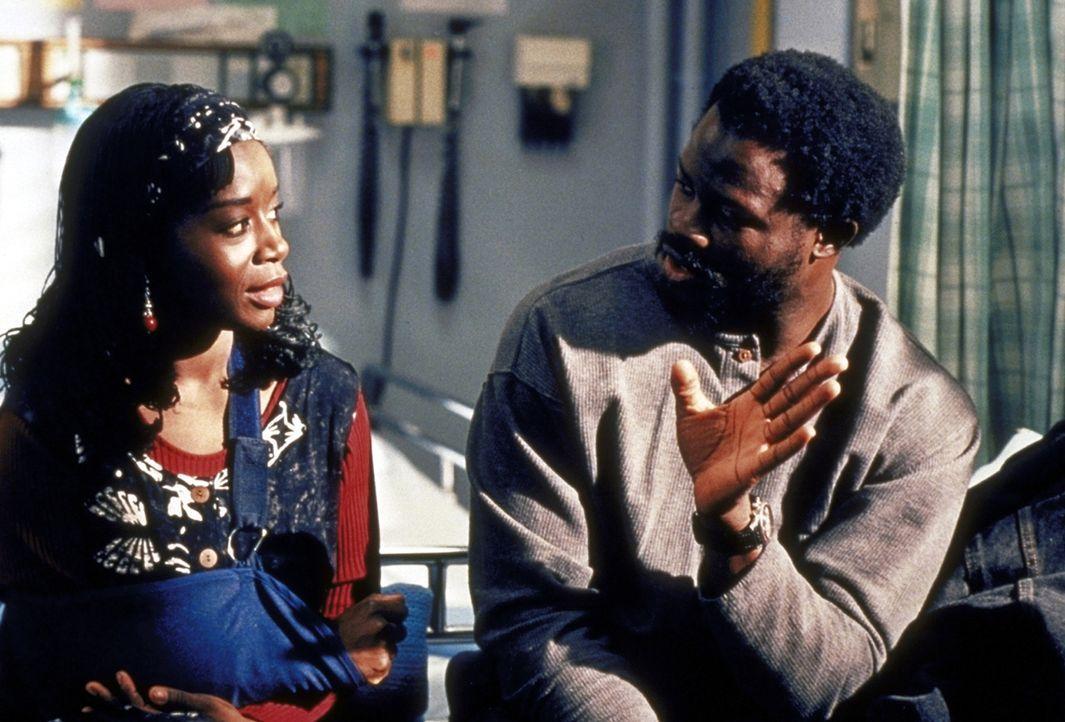 Mobalage (Djimon Hounsou, r.) spricht nicht einmal mit seiner Frau Kubby (Akosua Busia) über die Folterungen, die er in Nigeria erlitten hat. - Bildquelle: TM+  2000 WARNER BROS.