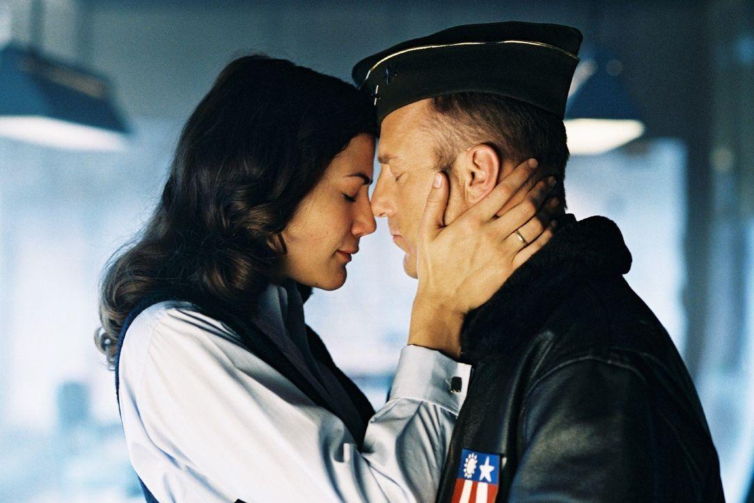 Luise (Bettina Zimmermann, l.) und Turner (Heino Ferch, r.) beschließen ihre Liebe zu beenden. Doch ihre Gefühle füreinander sind zu stark ... - Bildquelle: Stephan Rabold Sat.1