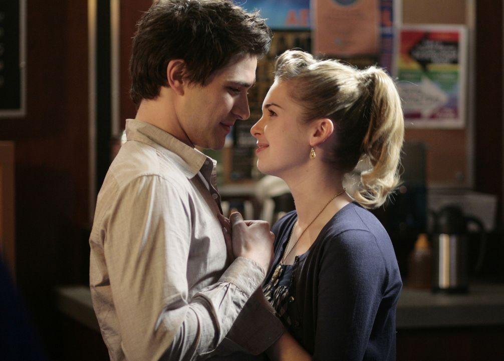 Große Gefühle einer jungen Liebe: Kyle (Matt Dallas, l.) und Amanda (Kirsten Prout, r.) freuen sich auf den bevorstehenden Schulball ... - Bildquelle: TOUCHSTONE TELEVISION
