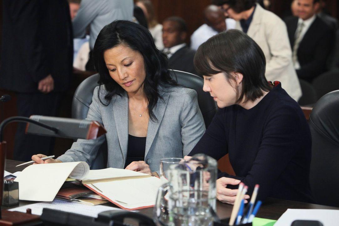 Der Prozess beginnt: Als Violet Katie (Amanda Foreman, r.) und ihre Anwältin (Tamlyn Tomita) sieht, ist sie zunächst nicht in der Lage auszusagen, d... - Bildquelle: ABC Studios