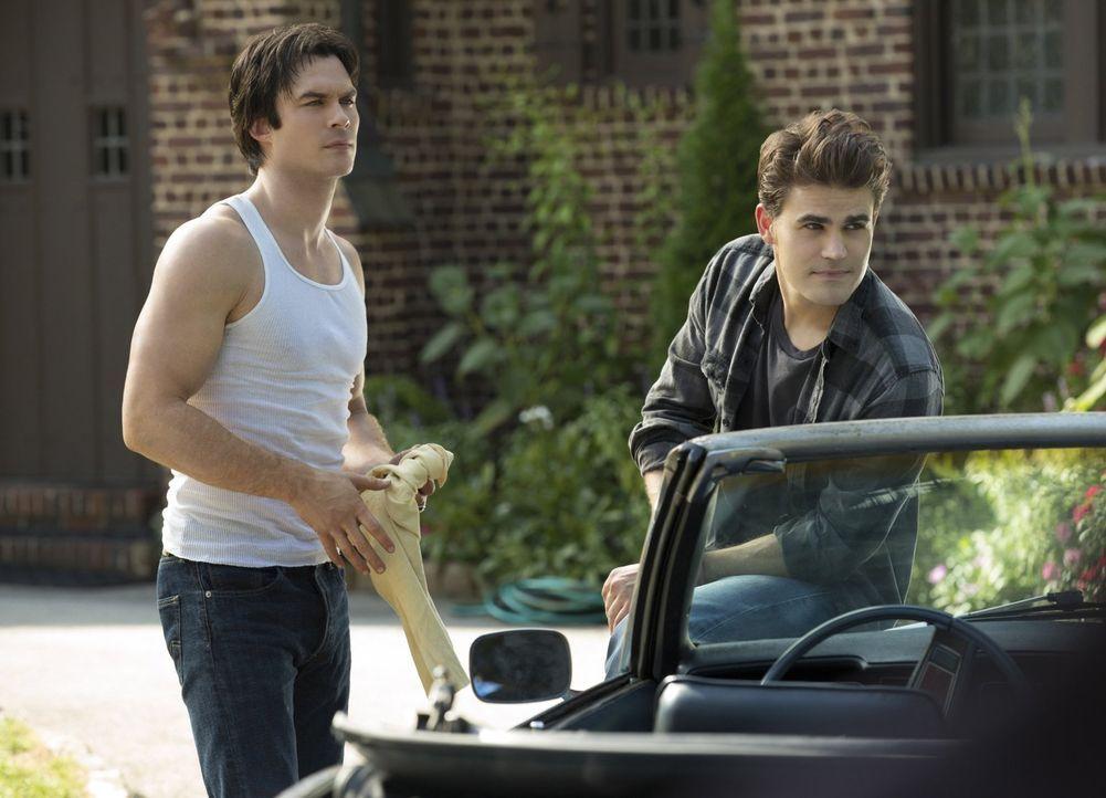 Erinnerungen an den 10. Mai 1994: Damon (Ian Somerhalder, l.) und Stefan (Paul Wesley, r.) kehren nach Mystic Falls zurück ... - Bildquelle: Warner Bros. Entertainment, Inc