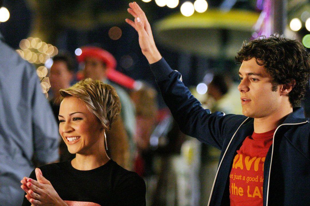 Um bei Summer zu landen, bittet Seth (Adam Brody, r.) Anna (Samaire Armstrong, l.) um Hilfe, doch diese hat offenbar selbst ein Auge auf ihn geworfe... - Bildquelle: Warner Bros. Television