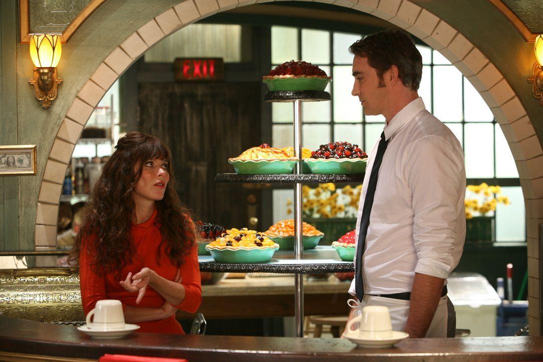 Ned (Lee Pace, r.) bereitet sich auf einen Kuchenbackwettbewerb vor. Chuck (Anna Friel, l.) unterstützt ihn bei der Auswahl des perfekten Kuchens ... - Bildquelle: Warner Brothers