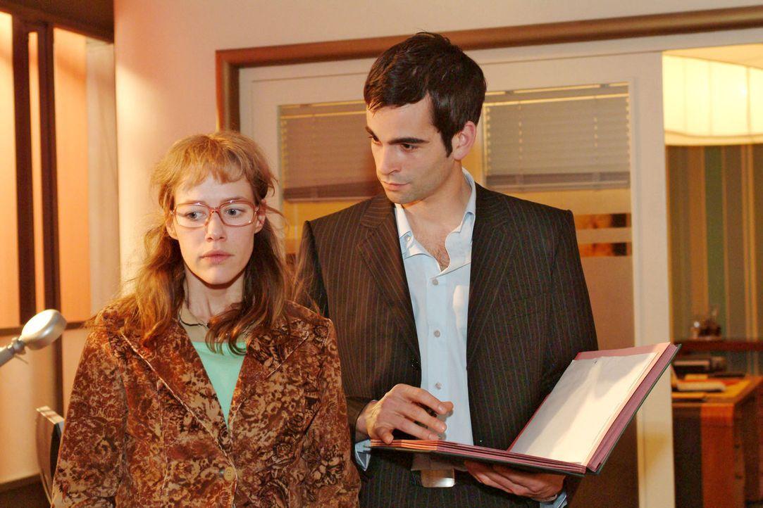 Lisa (Alexandra Neldel, l.) versucht David (Mathis Künzler, r.) gegenüber professionell und neutral zu sein. Verwundert bemerkt David die Verände... - Bildquelle: Sat.1