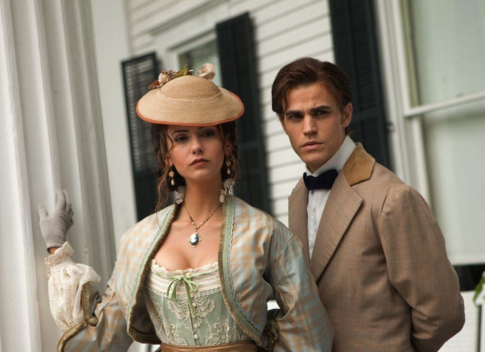 Rückblende: Vor 150 Jahren trifft Stefan (Paul Wesley, r.) die attraktive Katherine (Nina Dobrev, l.) und verliebt sich sofort in sie. - Bildquelle: Warner Brothers