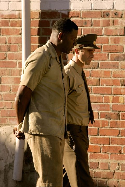 Loyal spioniert Gefängniswärter Gregory (Joseph Fiennes, r.) die Gefangenen auf Robben Island für den Unrechtsstaat aus, bis die zögernde Annäh... - Bildquelle: Warner Brothers International Television Distribution Inc.