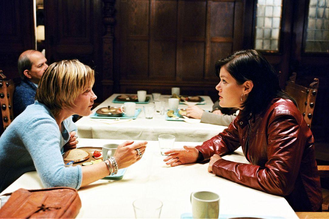 Martin und Sophie haben Probleme - Anja (Birge Schade, r.) hört sich die Leiden ihrer Freundin (Karoline Eichhorn, l.) an. - Bildquelle: Sat.1