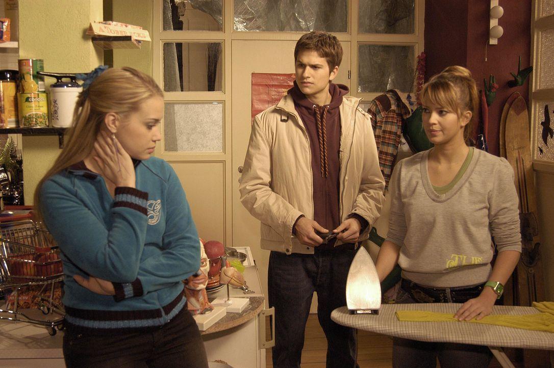 Hannah (Laura Osswald, r.) lässt sich von Kim (Lara-Isabelle Rentinck, l.) überreden, mit ihr in die Villa Seidel einzubrechen, um von dort ihre Sac... - Bildquelle: Noreen Flynn SAT.1 / Noreen Flynn