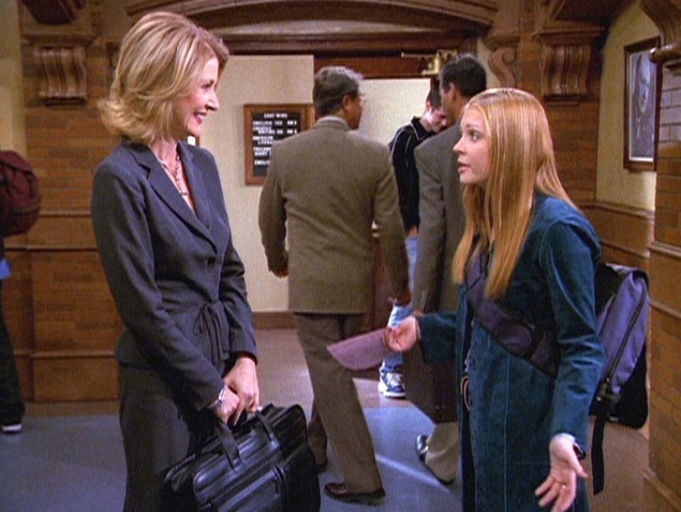 3) Sabrina (Melissa Joan Hart, r.) ist sauer, als sie erfährt, daß Zelda (Beth Broderick) einen Lehrauftrag am Adams-College angenommen hat. - Bildquelle: Paramount Pictures