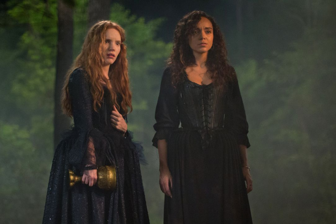 Suchen ihre Plätze im neunen Machtgefüge der Hexen: Anne (Tamzin Merchant, l.) und Tituba (Ashley Madekwe, r.) ... - Bildquelle: 2015 Fox and its related entities. All rights reserved.