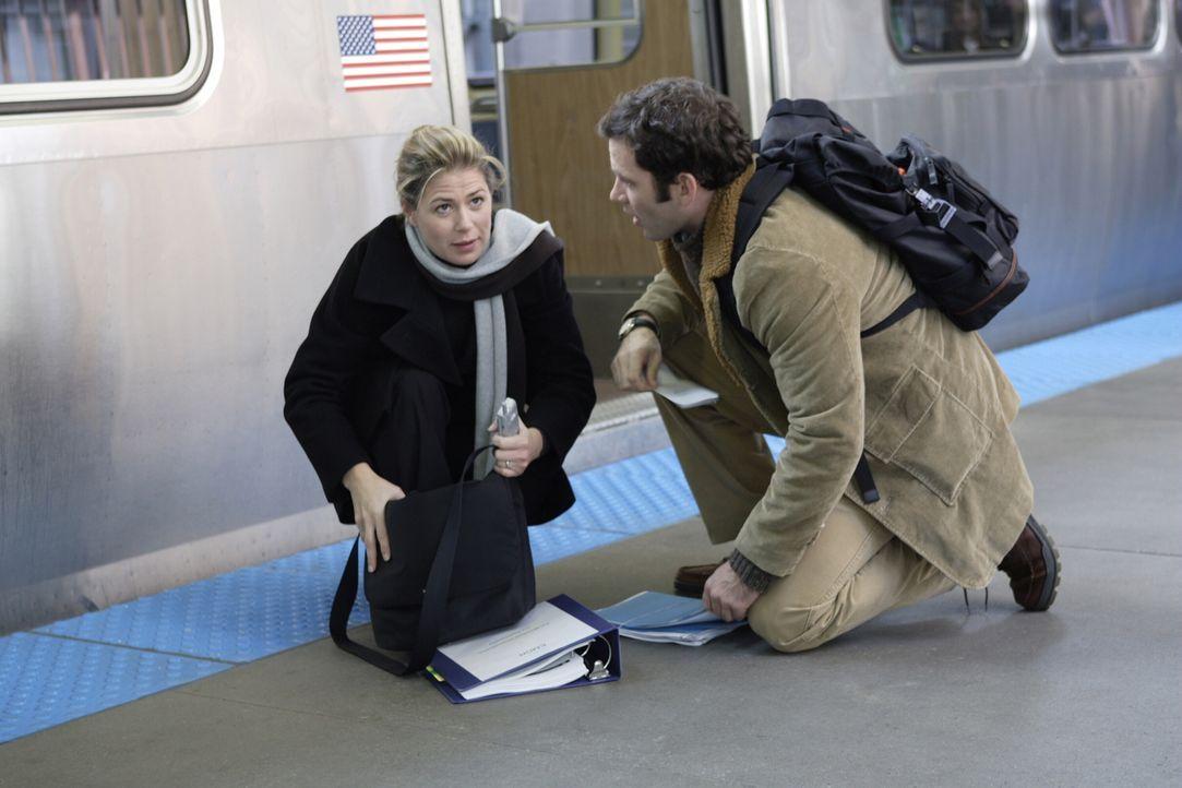 Kurz bevor Abby (Maura Tierney, l.) in die Bahn steigen will, ruft Schwester Haleh an und berichtet ihr von dringenden Notfällen im County. Daraufhi... - Bildquelle: WARNER BROS