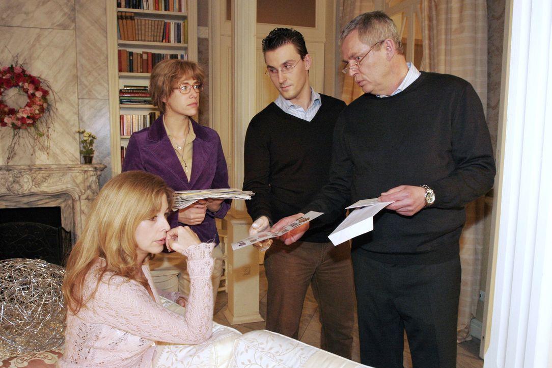 Laura (Olivia Pascal, l.), Lisa (Alexandra Neldel, 2.v.l.) und Friedrich (Wilhelm Manske, r.) sind schockiert, als im Beisein von Kommissar Jank ein... - Bildquelle: Noreen Flynn SAT.1 / Noreen Flynn