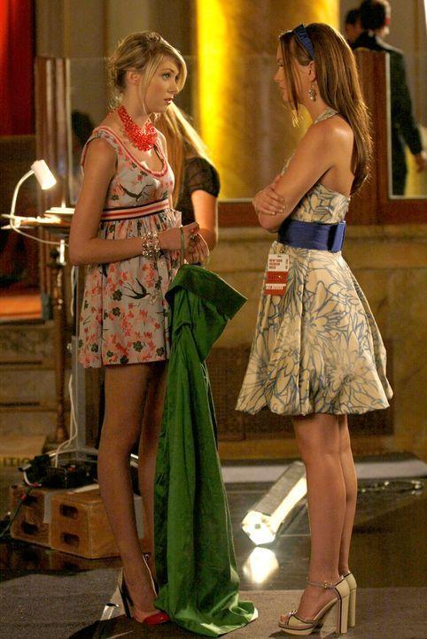 Blair (Leighton Meester, r.) versucht alles, um die Show zu sabotieren. Doch zu guter Letzt rettet Jenny (Taylor Momsen, l.) den Abend ... - Bildquelle: Warner Brothers