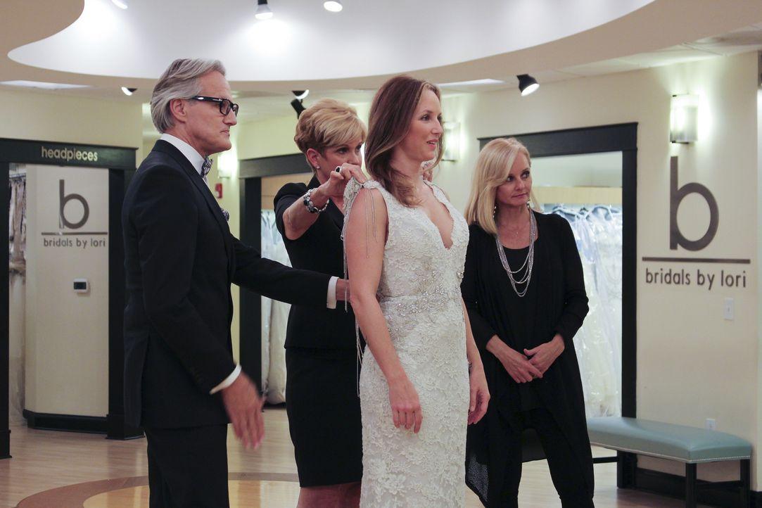 Nachdem Monte (l.) und Lori (2.v.l.) beim Heiratsantrag von Jimmy und Kristin (2.v.r.) dabei waren, laden sie die baldige Braut zu sich ein ... - Bildquelle: TLC & Discovery Communications