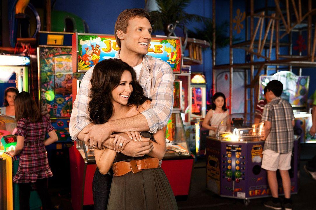 Als die Schulden immer größer werden, steht plötzlich auch die Ehe von Rex (Teddy Sears, hinten) und Samantha (Jennifer Love Hewitt, vorne) unter ke... - Bildquelle: Sony Pictures Television, Inc. All Rights Reserved.