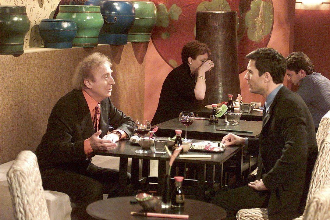 Bei einem Abendessen versucht Will (Eric McCormack, r.), ein vernünftiges Gespräch mit seinem Chef Dr. Stein (Gene Wilder, l.) zu führen, doch ve... - Bildquelle: NBC Productions