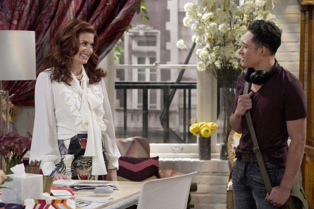 Lässt sich Grace (Debra Messing, l.) tatsächlich auf einen Flirt mit ihrem Angestellten Tony (Anthony Ramos, r.) ein? - Bildquelle: Chris Haston 2017 NBCUniversal Media, LLC / Chris Haston