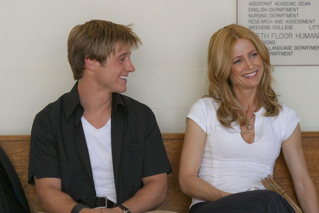 Freuen sich über die bestandene Prüfung: Kirsten (Kelly Rowan, r.) und Ryan (Benjamin McKenzie, r.) ... - Bildquelle: Warner Bros. Television