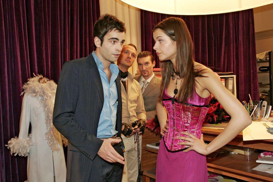 David (Mathis Künzler, l.) muss seine ganze Überzeugungskraft aufwenden, damit Magdalena (Susan Hoecke, r.), das Supermodel, auf ihre Bezahlung na... - Bildquelle: Sat.1