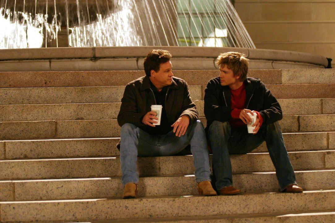 Der Grund für die plötzliche Rückkehr von Keith (Craig Sheffer, l.) ist Karen. Lucas (Chad Michael Murray, r.) weiß das natürlich sofort ... - Bildquelle: Warner Bros. Pictures