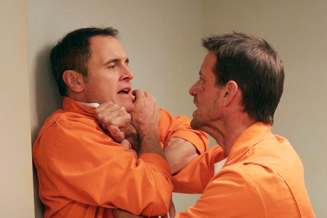 Nachdem Mike (James Denton, r.) herausgefunden hat, dass Paul (Mark Moses, l.) die Schläger auf ihn angesetzt hat, rächt er sich an ihm ... - Bildquelle: 2005 Touchstone Television  All Rights Reserved