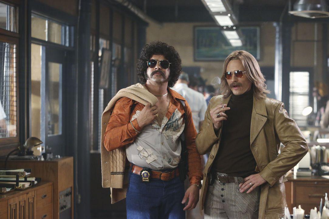 """Erinnern stark an """"Starsky & Hutch"""": Esposito (Jon Huertas, l.) und Ryan (Seamus Dever, l.), die sich von Kopf bis Fuß wie in den 1970er Jahren gest... - Bildquelle: 2013 American Broadcasting Companies, Inc. All rights reserved."""