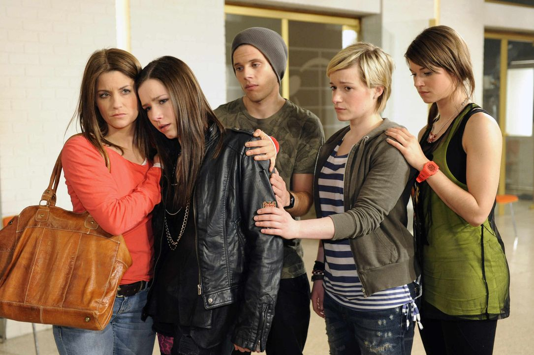 Die STAG-Mitglieder sind betroffen von der Nachricht, dass Timo gelähmt ist. (v.l.n.r.) Bea (Vanessa Jung), Luzi (Selina Müller), Bodo (Frank Zieg... - Bildquelle: SAT.1