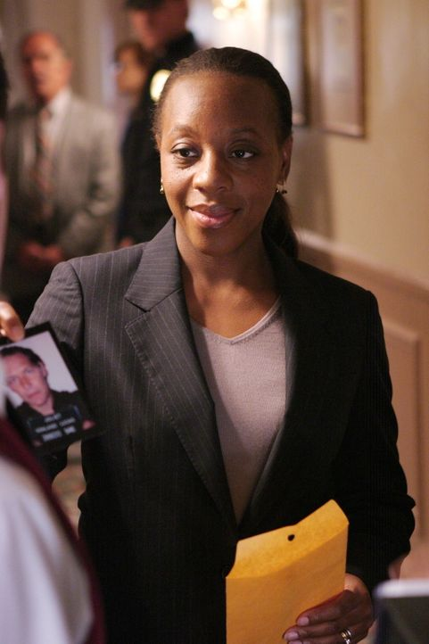 Die gewissenhafte Ermittlungsbeamtin Vivian Johnson (Marianne Jean-Baptiste) gibt nicht auf. Sie ist sich sicher, den Aufenthaltsort der verschwunde... - Bildquelle: Warner Bros. Entertainment Inc.