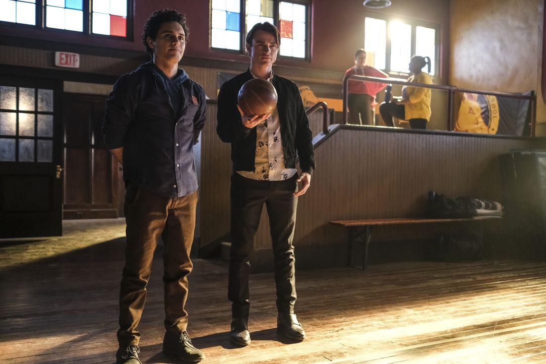 Landon Kirby (Aria Shahghasemi, l.); Sebastian (Thomas Doherty, r.) - Bildquelle: 2020 Warner Bros Entertainment Inc. All rights reserved.
