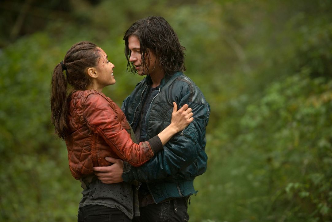 Während Raven (Lindsey Morgan, l.) einfach nur glücklich ist, ihren Freund wieder in die Arme schließen zu können, hat Finn (Thomas McDonell, r.) mi... - Bildquelle: Warner Brothers