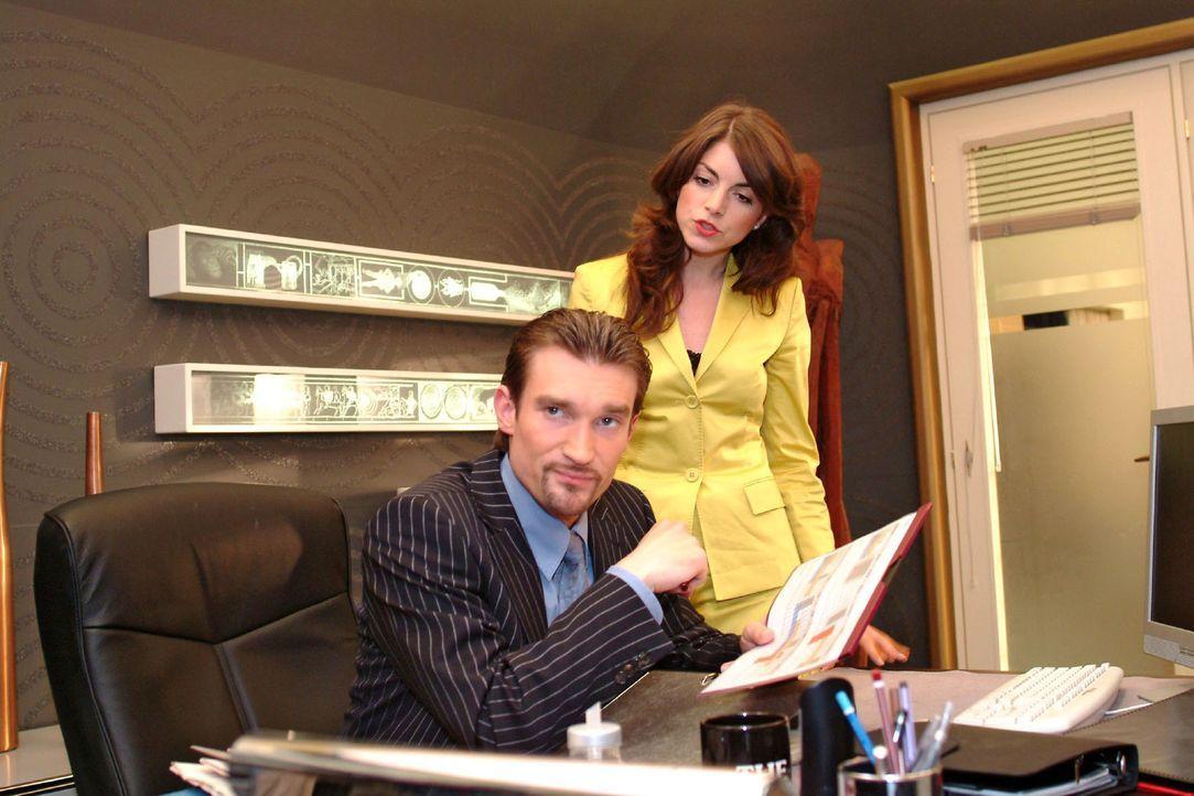 Mariella (Bianca Hein, r.) wirft Richard (Karim Köster, l.) vor, sich mit unlauteren Methoden den Firmenvorsitz erschlichen zu haben. Doch Richard... - Bildquelle: Sat.1