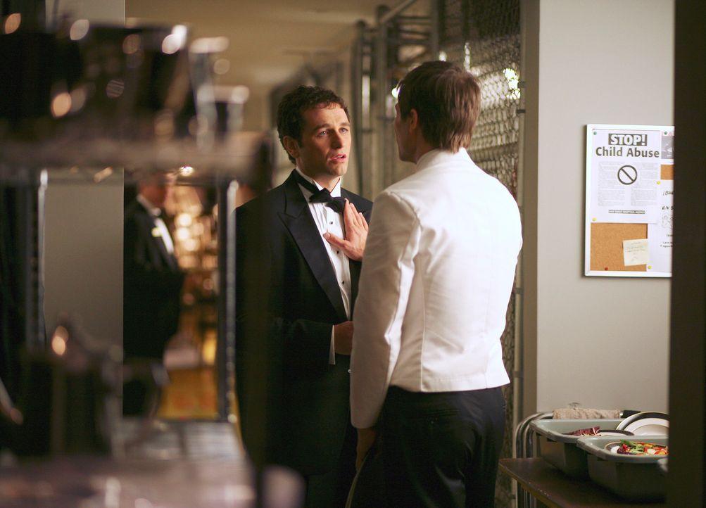 Kevin (Matthew Rhys, l.) ist mittlerweile sehr stark angetrunken und geht erneut zu Scotty (Luke MacFarlane) um sich bei ihm zu entschuldigen - was... - Bildquelle: Disney - ABC International Television