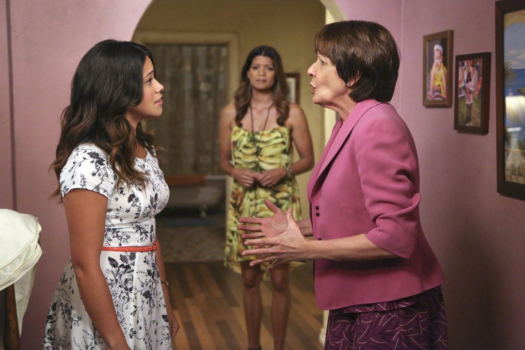 Alba (Ivonne Coll, r.) versucht mit allen Mitteln, Rogelio von Jane (Gina Rodriguez, l.) fern zu halten, weil sie Xiomaras (Andrea Navedo, M.) Heran... - Bildquelle: 2014 The CW Network, LLC. All rights reserved.