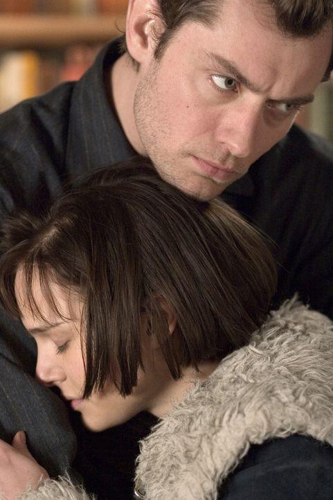 Die Beziehung von Dan (Jude Law, l.) und  Alice (Natalie Portman, r.) ist auf Lug und Trug aufgebaut ... - Bildquelle: Sony Pictures Television International. All Rights Reserved.