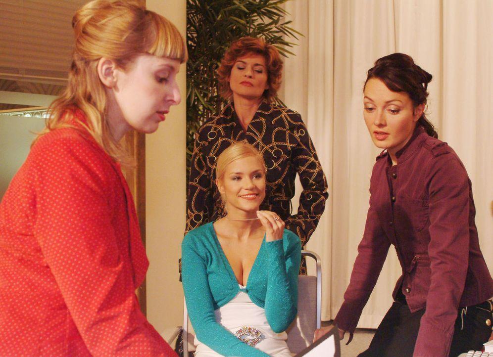 Sabrina (Nina-Friederike Gnädig, vorne M.) bezieht ihre Kolleginnen (Lilli Anders, l. und Meike Brose, r.) in ihre Hochzeitspläne ein - und weiß... - Bildquelle: Monika Schürle Sat.1