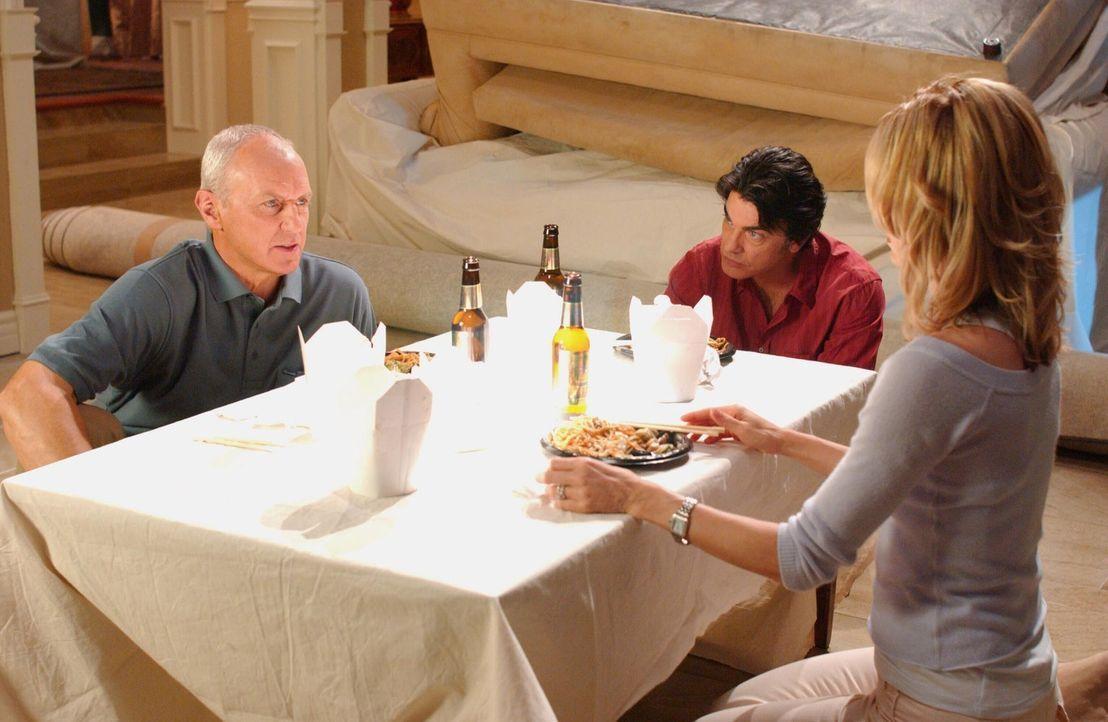 Kirsten (Kelly Rowan, r.) und Sandy (Peter Gallagher, M.) machen sich Sorgen um Caleb (Alan Dale, l.), als die Polizei klingelt.... - Bildquelle: Warner Bros. Television