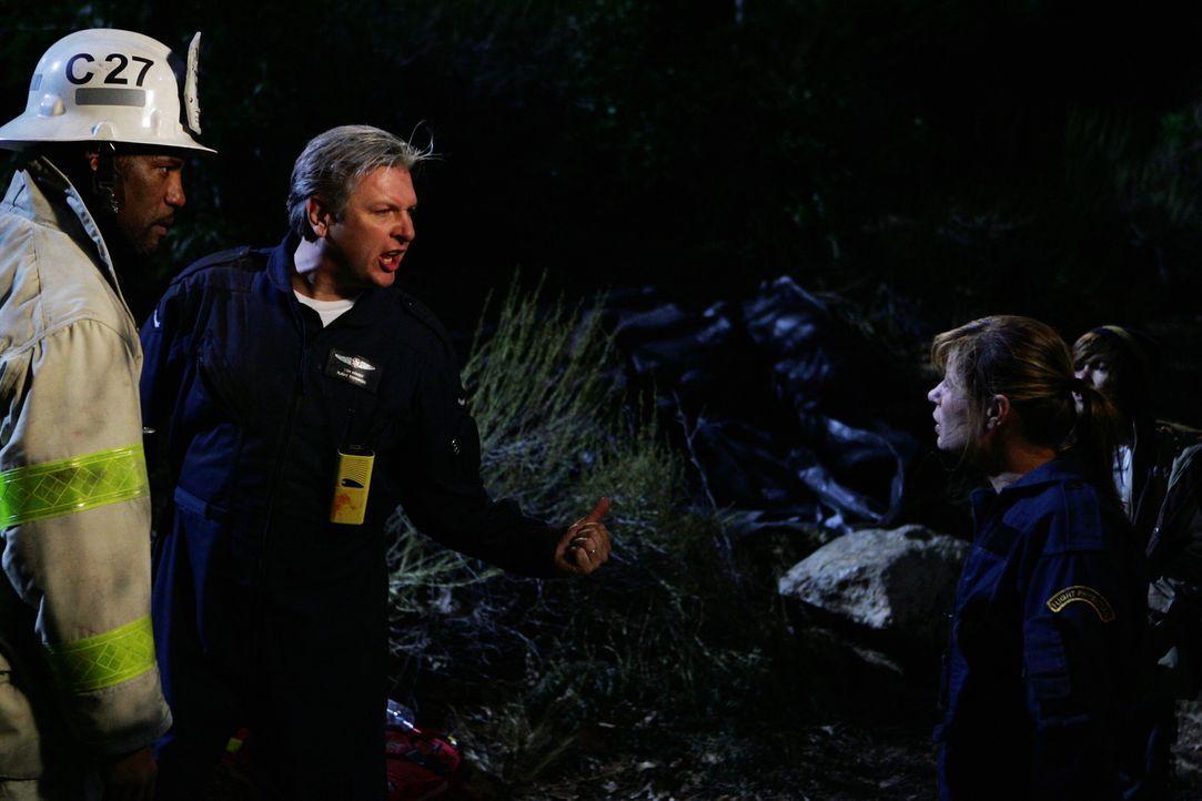 Da Wright (Vyto Ruginis, M.) nur Dienst nach Vorschrift machen möchte, gerät er mit Abby (Maura Tierney, r.) aneinander ... - Bildquelle: Warner Bros. Television