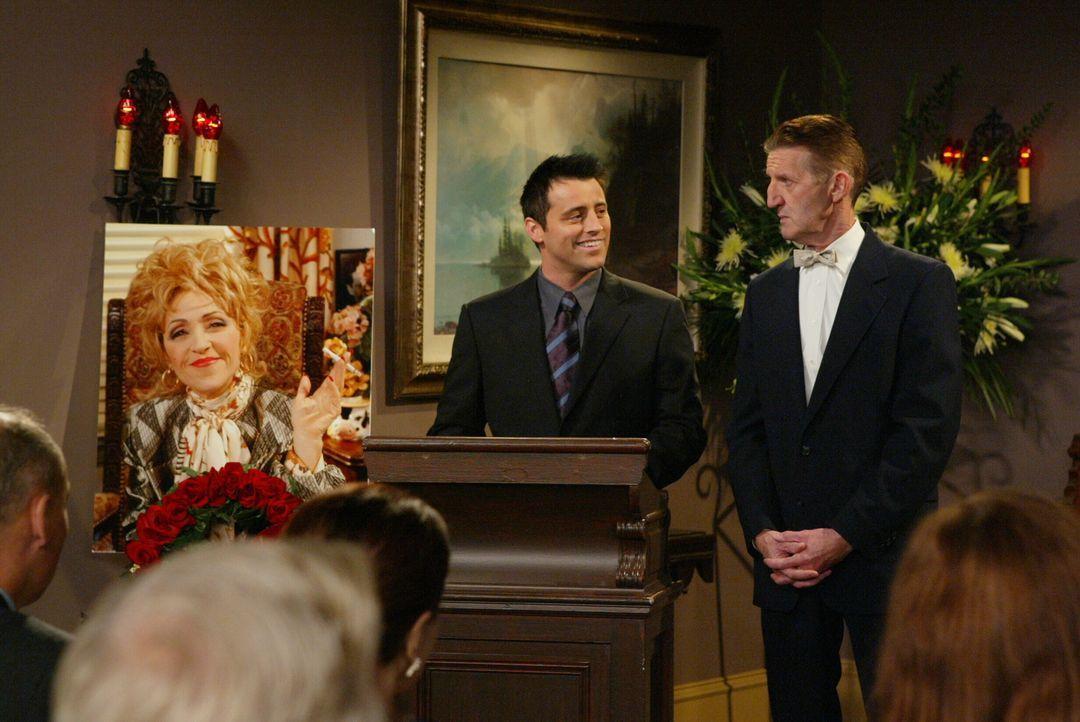 Zum Abschied hält Joey (Matt LeBlanc, M.) für die verstorbene Estelle (June Gable, Bild), seine Agentin eine Ansprache ... - Bildquelle: 2003 Warner Brothers International Television