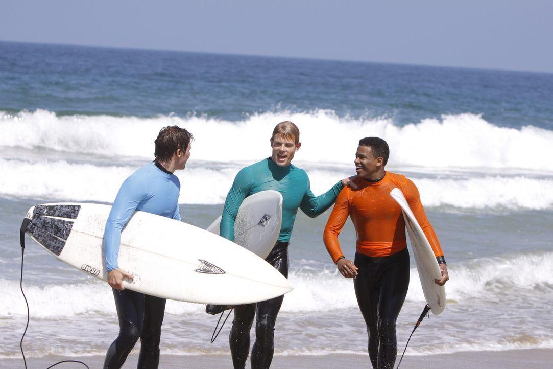 Liam (Matt Lanter, l.), Teddy (Trevor Donovan, M.) und Dixon (Tristan Wilds, r.) würden es gerne ins Surf-Team schaffen. Sind sie gut genug? - Bildquelle: TM &   CBS Studios Inc. All Rights Reserved