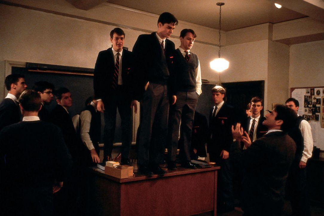 Mit unkonventionellen Unterrichtsmethoden versucht John Keating (Robin Williams, vorne, r.) seinen Schülern Selbstvertrauen zu vermitteln. Charles D... - Bildquelle: Touchstone Pictures