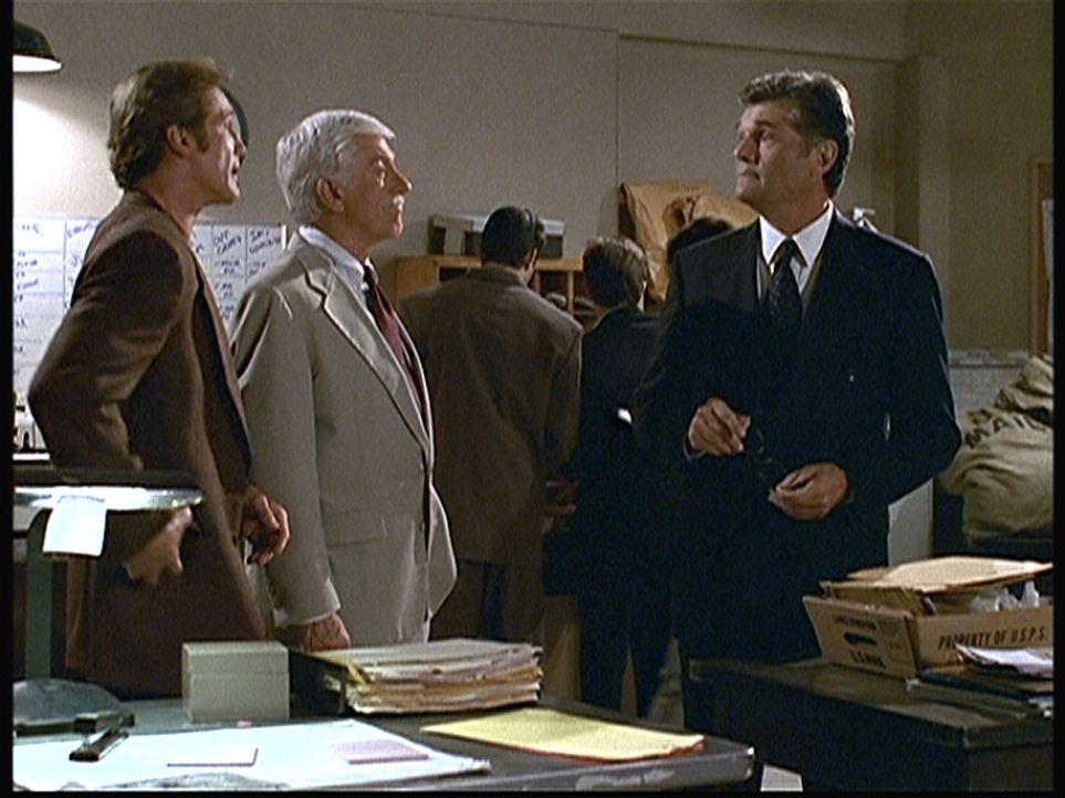 Steve (Barry Van Dyke, l.) und Mark (Dick Van Dyke, 2.v.l.) verhören Harry (Fred Willard), den Leiter der Poststelle im Fernsehsender. - Bildquelle: Viacom